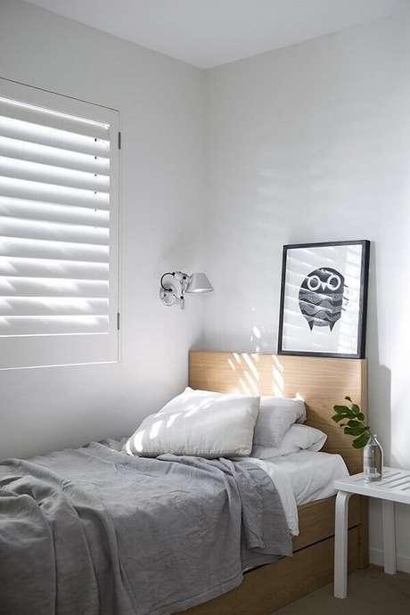 19. Cama de madeira para decoração simples em quarto minimalista solteiro – Foto: Apartment Therapy