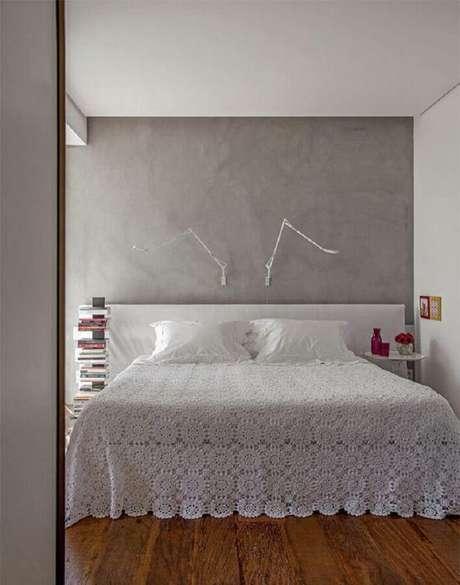 21. Parede de cimento queimado com luminária articulável para quarto de casal minimalista – Foto: Pinterest