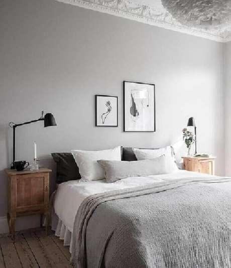 22. Tons de cinza claro para decoração de quarto minimalista com criado mudo madeira – Foto: Pinterest