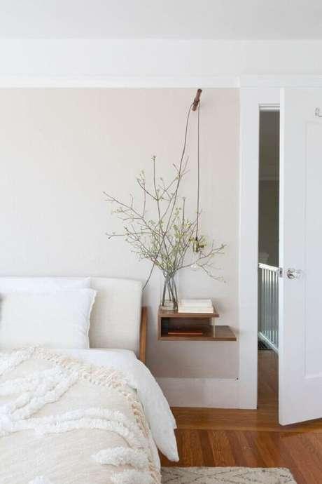 23. Quarto minimalista branco decorado com criado mudo suspenso de madeira – Foto: Rue Magazine