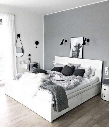 8. Almofadas e roupa de cama confortável para decoração de quarto de casal minimalista cinza e branco – Foto: Apartment Therapy