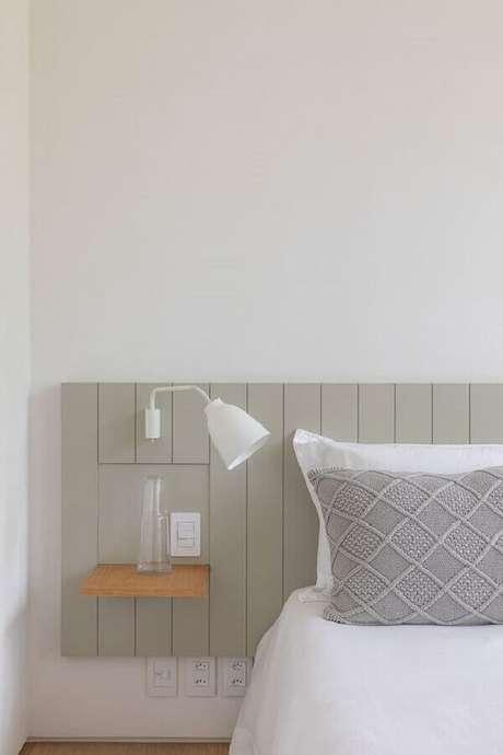 27. Cabeceira planejada com luminária de parede para quarto decoração minimalista – Foto: Casa de Valentina