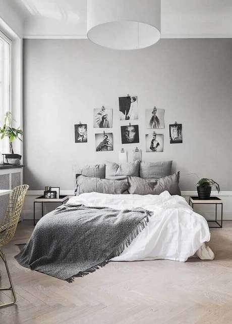 28. Fotos preto e branco para cabeceira de parede em quarto minimalista cinza – Foto: Decorholic