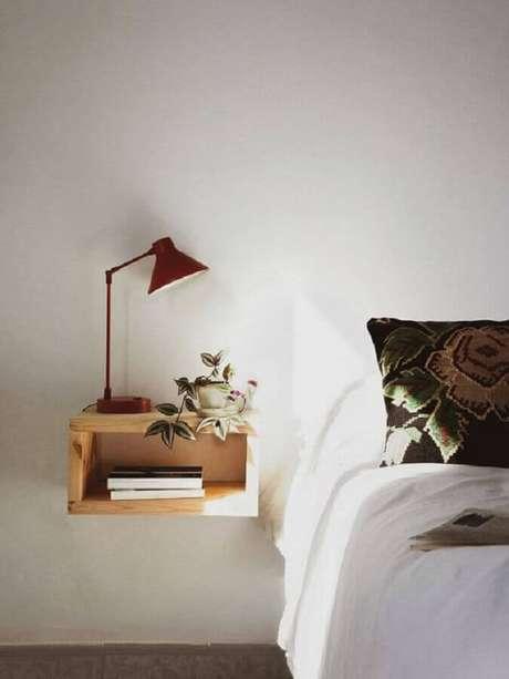 30. Luminária vermelha sobre nichos de madeira em quarto decoração minimalista branco – Foto: Apartment Therapy
