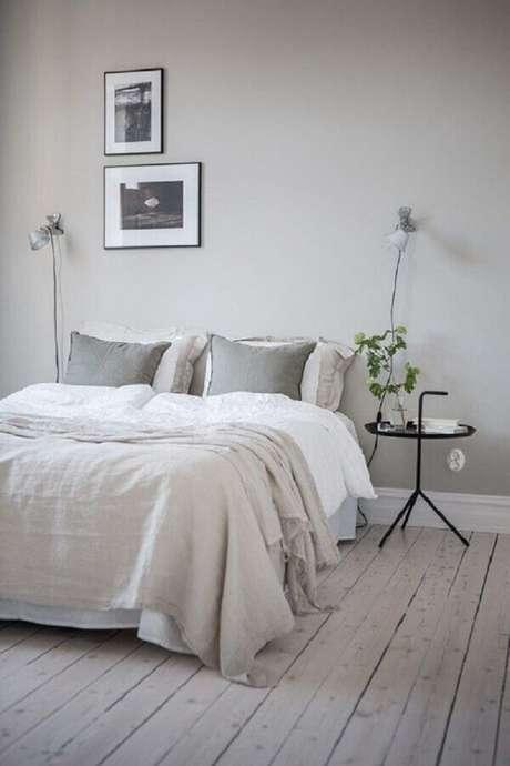 31. Decoração de quarto minimalista cinza claro com mesa lateral redonda – Foto: Coco Lapine Design