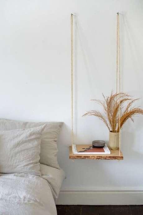 33. Prateleira suspensa por corda para decoração de quarto minimalista – Foto: Pinterest