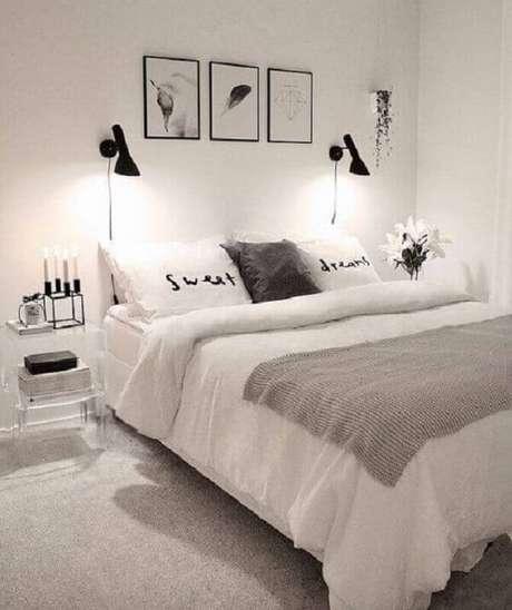 36. Decoração de quarto de casal minimalista todo branco com detalhes preto – Foto: Arkpad