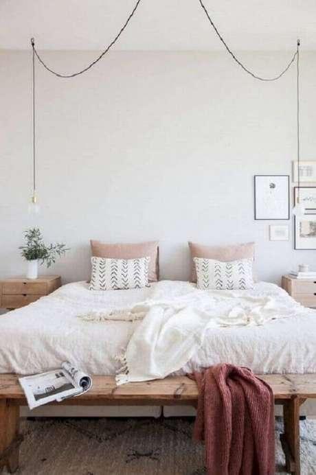 37. Delicada decoração de quarto minimalista feminino com móveis de madeira e luminária pendente – Foto: Pinterest