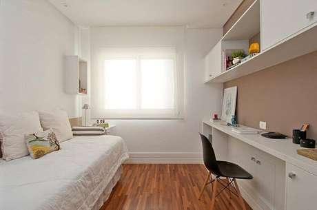 4. Decoração para quarto de solteiro minimalista com móveis de planejados – Foto: Patricia Kolanian