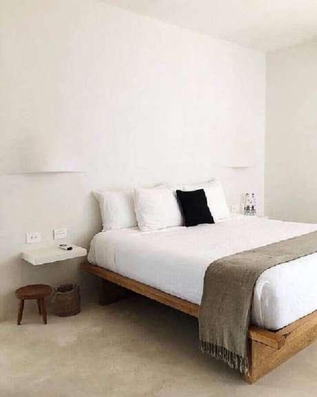 39. Cama de madeira para decoração de quarto minimalista todo branco – Foto: Pinterest