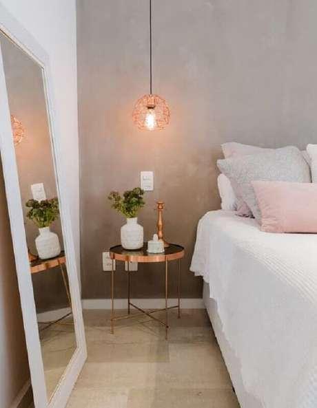 42. Decoração de quarto minimalista com espelho de chão e luminária pendente rose gold – Foto: Pinterest
