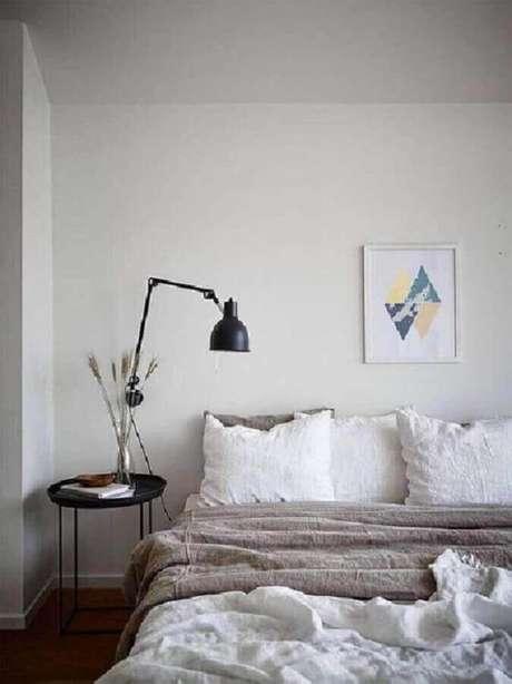 43. Luminária articulada de parede para decoração de quarto minimalista – Foto: Futurist Architecture