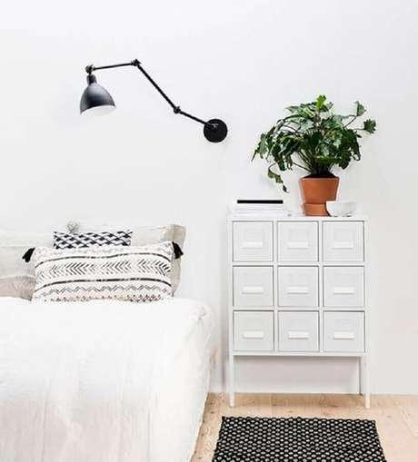44. Decoração de quarto minimalista todo branco com luminária articulável preta – Foto: We Heart It