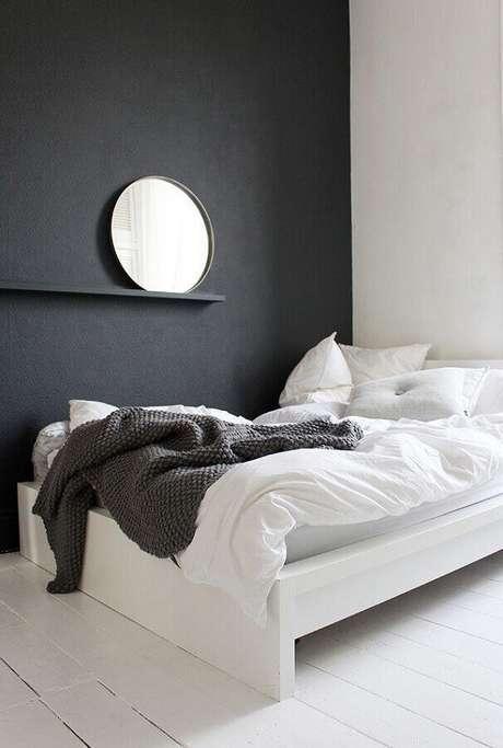 49. Parede preta e espelho redondo para decoração de quarto minimalista solteiro – Foto: We Heart It