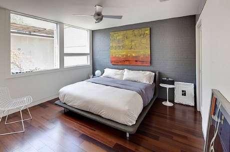 51. Quadro grande colorido para decoração de quarto minimalista masculino branco e cinza – Foto: Pinterest