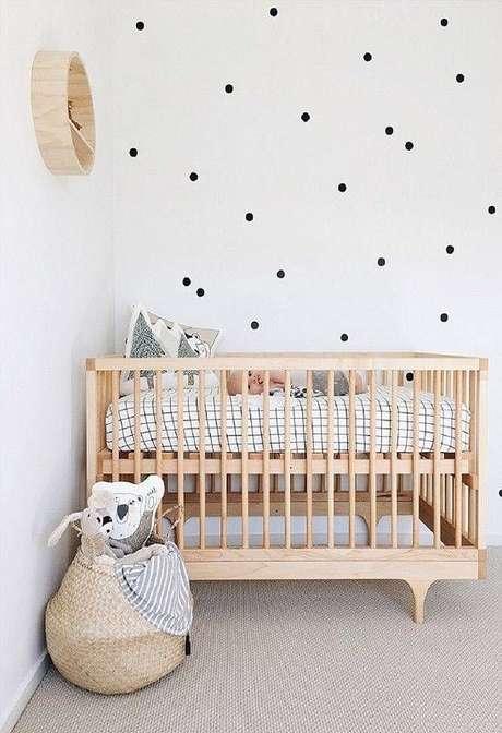 12. Quarto de bebê minimalista decorado com bolinhas pretas na parede branca – Foto: Pinterest