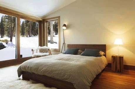 5. Invista em janelas grandes para valorizar a iluminação natural do quarto minimalista – Foto: Pinterest