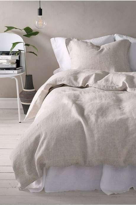 56. Livros apoiados em cadeira branca para decoração de quarto minimalista – Foto: Homey Oh My