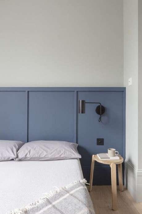 1. Quarto minimalista decorado com luminária preta em cabeceira azul – Foto: ArchDaily