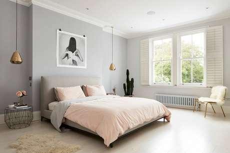 57. Decoração de quarto minimalista feminino grande cinza e rosa com luminária pendente cobre – Foto: Houzz
