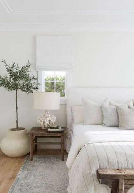 60. Vaso de planta para decoração de quarto minimalista todo branco com mesa lateral rústica – Foto: Pinterest
