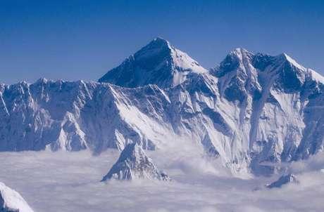 O Monte Everest tem 8.848,86 metros de altura
