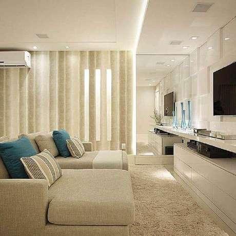 14. As almofadas azuis dão um ar mais leve e personalizado para a decoração da sala bege – Foto: Jeito de Casa