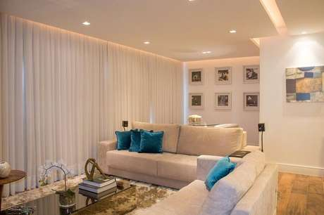 15. Sala bege e azul decorada com tapete felpudo – Foto: Bibiana Vital