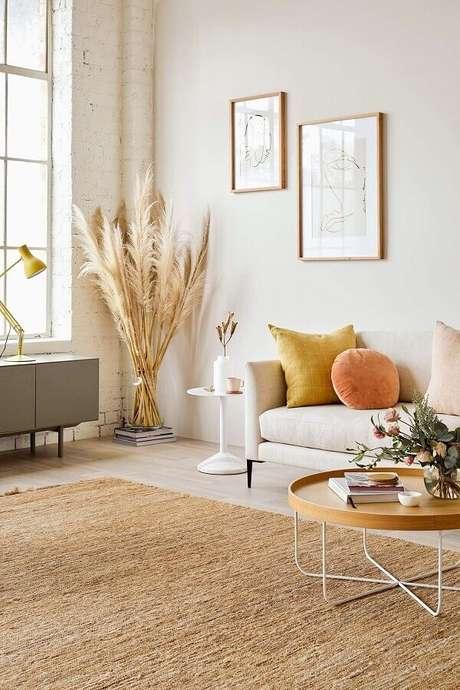 16. Decoração charmosa para sala bege com mesa de centro redonda moderna e almofadas coloridas – Foto: Paper Stich