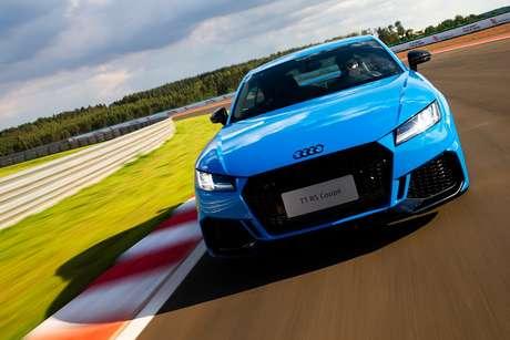 Audi TT RS ganhou novas entradas de ar laterais, que foram alargadas, e um spoiler dianteiro contínuo em alumínio fosco.