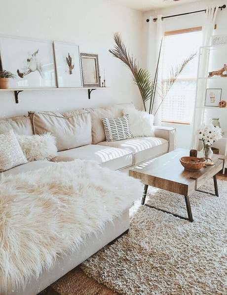 6. Decoração clean para sala bege com tapete felpudo e mesa de centro de madeira – Foto: Love Homy