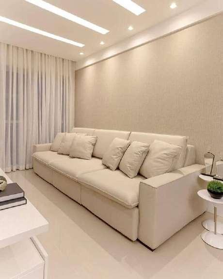 19. Mesa lateral branca redonda para sala com sofá bege – Foto: Pinterest