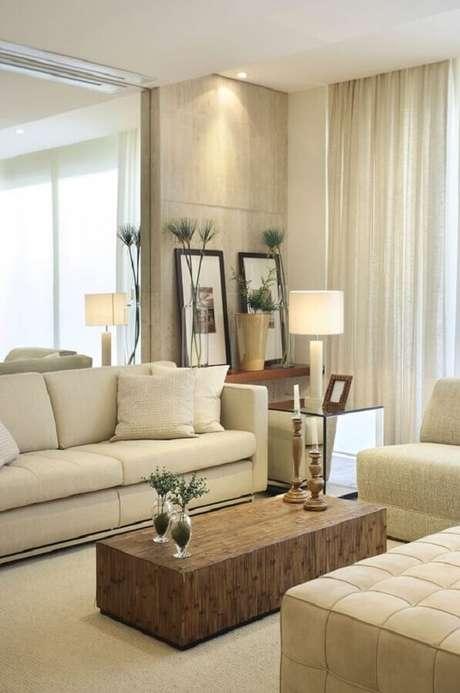 20. Mesa lateral espelhada para decoração de sala de estar bege com mesa de centro de madeira – Foto: Ark 2 Arquitetura
