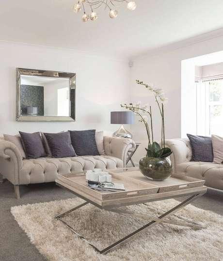 9. Almofadas para decoração de sala bege e cinza com sofá capitonê e tapete felpudo – Foto: Pinterest