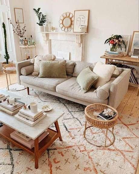 25. Decoração charmosa para sala bege com várias almofadas e mesa lateral redonda – Foto: Apartment Therapy