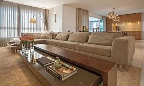 31. Sala bege decorada com sofá grande com chaise e luminária de chão – Foto: Eduarda Correa