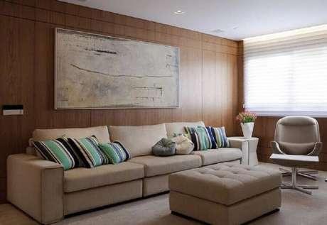 36. Almofadas listradas coloridas para sala com sofá bege – Foto: Marcelo Rosset