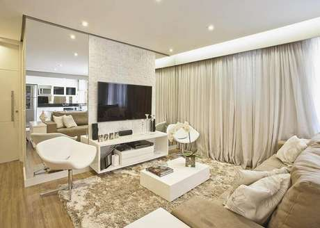 37. Decoração confortável com poltronas e tapete para sala bege – Foto: Renata Tolentino
