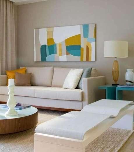 40. Quadro colorido para decoração de sala bege com mesa lateral azul turquesa – Foto: Jeito de Casa