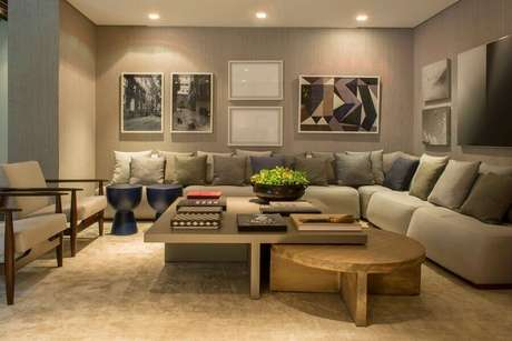 41. Almofadas para decoração de sala bege com sofá de canto grande – Foto: Triplex Arquitetura