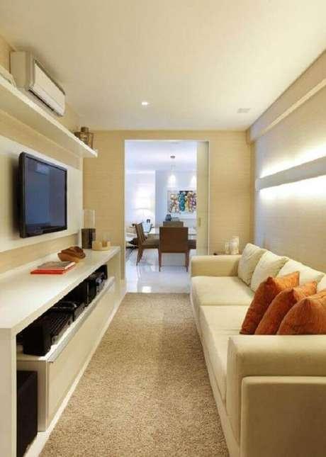 43. Almofadas laranja para decoração de sala bege pequena com painel de TV – Foto: Casa de Valentina