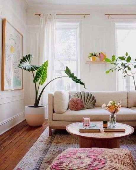 44. Vasos de plantas e mesa de centro redonda de madeira para decoração de sala bege – Foto: Casa de Valentina
