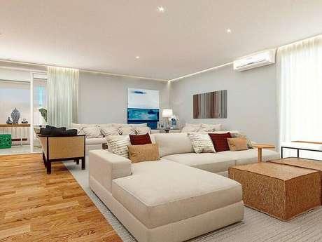 45. Decoração de sala bege grande com sofá com chaise – Foto: Home Fashion Trend