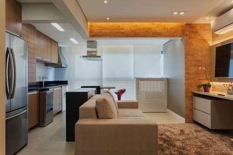 50. Sala bege pequena integrada com varanda e cozinha – Foto: Raduan Arquitetura