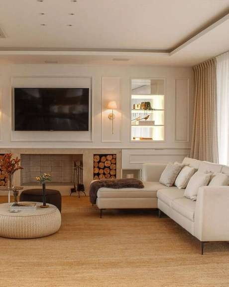 55. Decoração sofisticada para sala de estar bege com lareira – Foto: Felipe Gargioni Arquitetura
