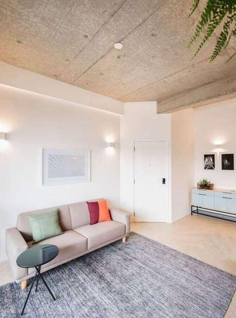 56. Almofadas coloridas para sala bege minimalista decorada com tapete cinza – Foto: Iná Arquitetura