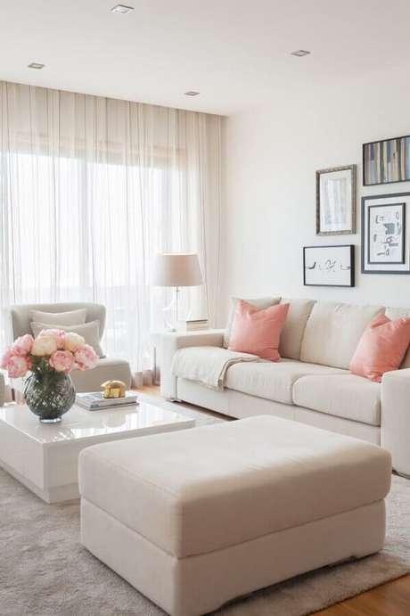 10. Tons de rosa acrescentam um toque charmoso e feminino na decoração de sala bege – Foto: Homify