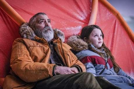 """George Clooney (""""Augustine"""") e a estreante Caoilinn Springall (""""Iris"""")"""