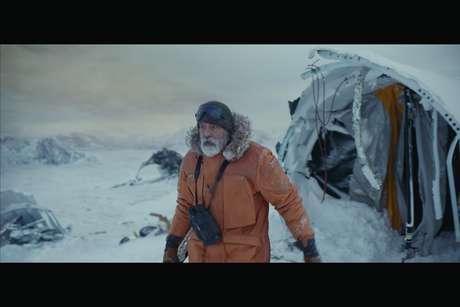 George Clooney como o Dr Augustine Lofthouse em cena gravada na Finlândia