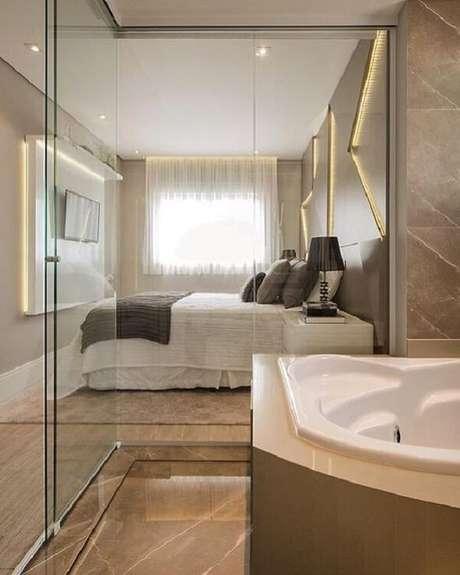 37. A banheira é a protagonista desse quarto com suíte de vidro. Fonte: Pinterest